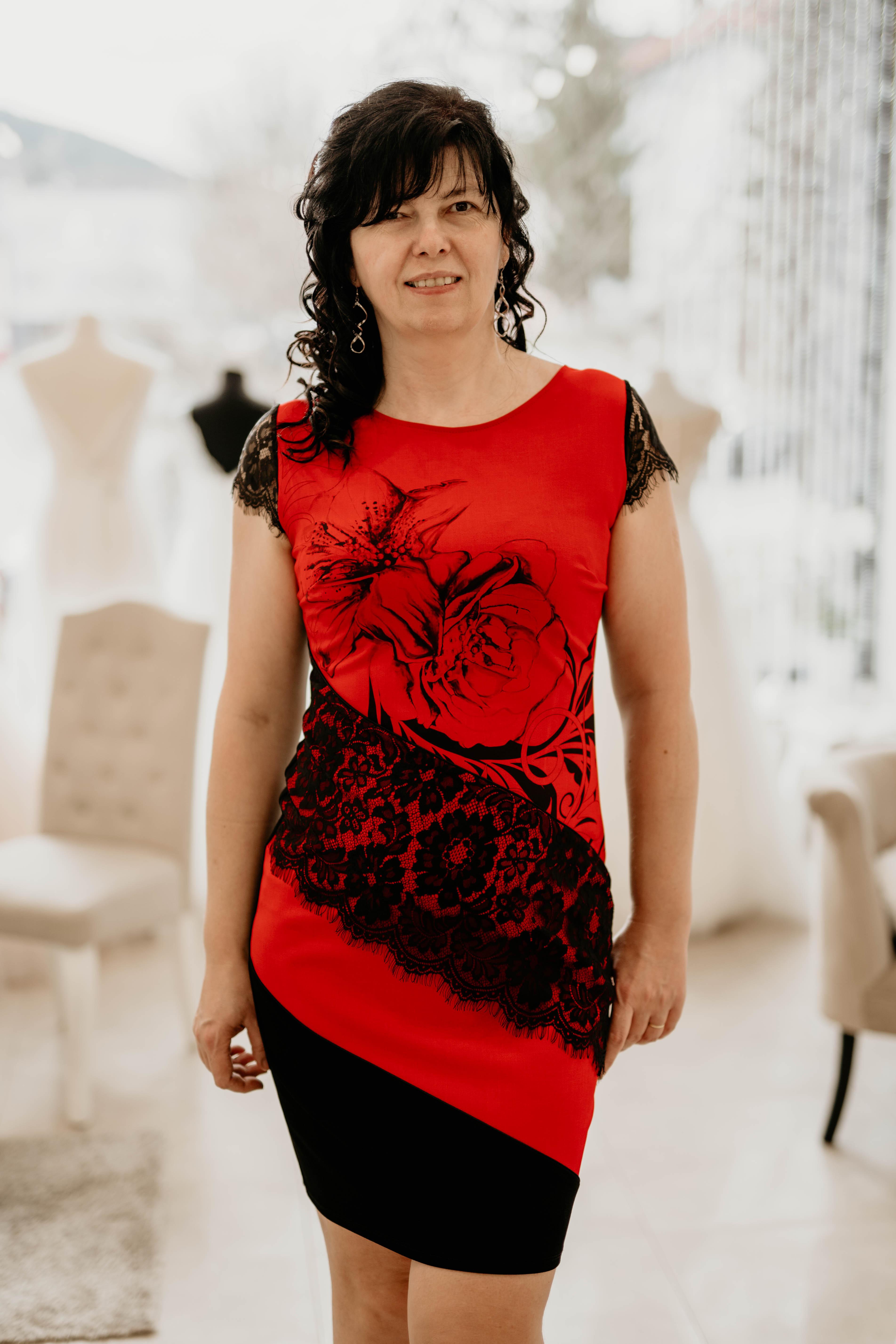 poudrové šaty